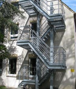 Fluchttreppe für Straßenbauamt